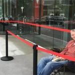Orang Pertama Pemesan Tesla Model 3 Ini Rela Antri 48 Jam