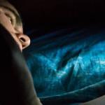 Tiduran Sambil Melihat Smartphone Bisa Picu Kebutaan