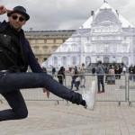 Seniman Ini Memakai Ilusi Optik Untuk Menghilangkan Lourve di Paris