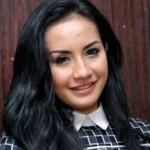 Shinta Bachir Berpose Seksi dan Lepas Hijab