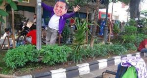 Heboh Foto Setya Novanto Peluk Tiang Lampu di Solo