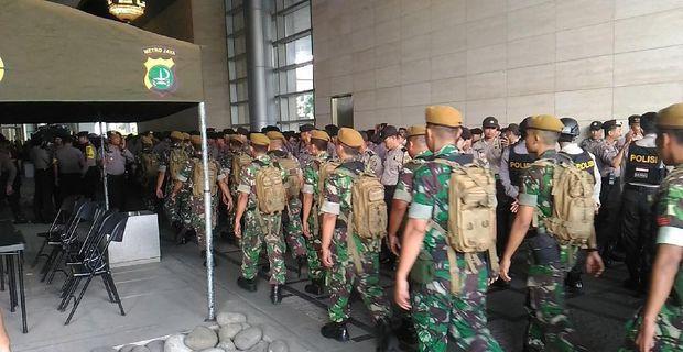 Polisi dan TNI Berjaga di Kantor Facebook yang akan Didemo FPI