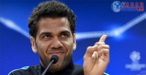 Ditanya Akan Tinggalkan Barca, Alves Bungkam