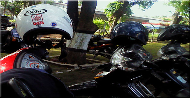 Helm Jangan Ditinggal di Spion !