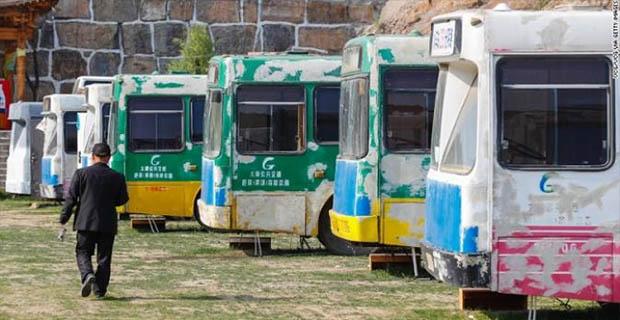 Bus Rongsokan Ini di Sulap Menjadi Hotel Mewah di Taman Wisata
