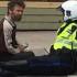 Potret Keakraban Pengamen dan Polisi Ini Menyentuh dan Menjadi Viral di Media Sosial
